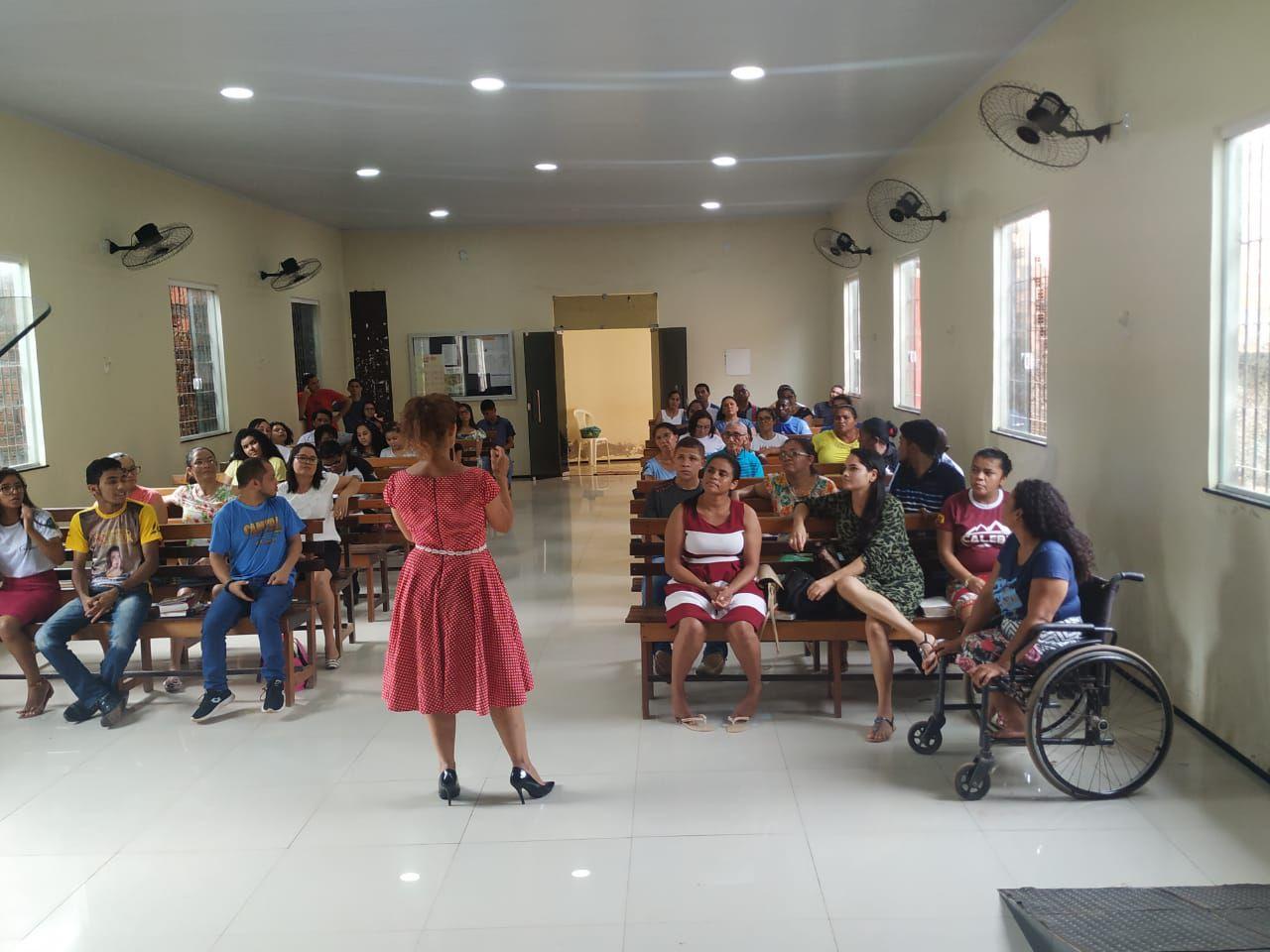 Célia Rabello palestrando na IASD de Itapecuru Mirim